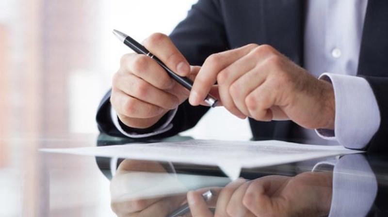 В тех случаях, когда требуется частично изменить условия трудового контракта, не обязательно заключать новый - достаточно доп. соглашения