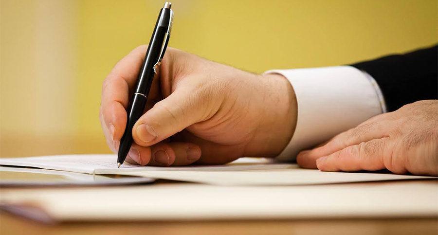 Если лицо не может подписать официальный документ, это можно поручить представителю, оформив на него соответствующую доверенность