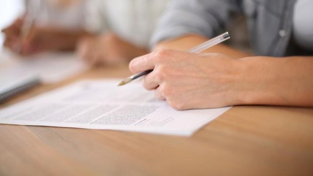 При приеме на госслужбу соискатель вакансии должен заполнить анкету установленного образца