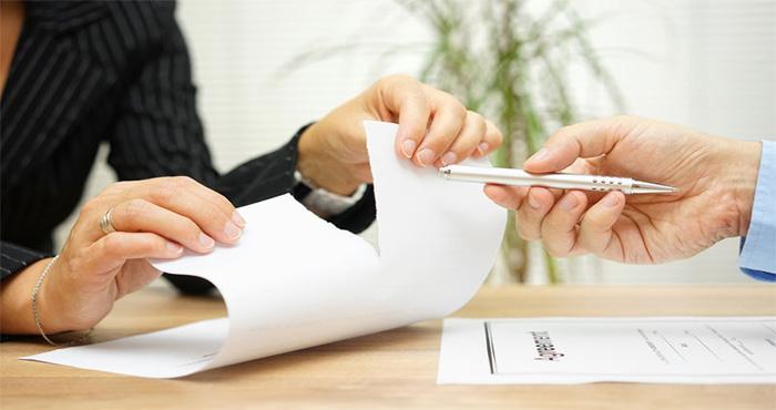 Чтобы получить право отказаться от страховки по кредиту, потребитель должен внимательно изучить кредитное предложение
