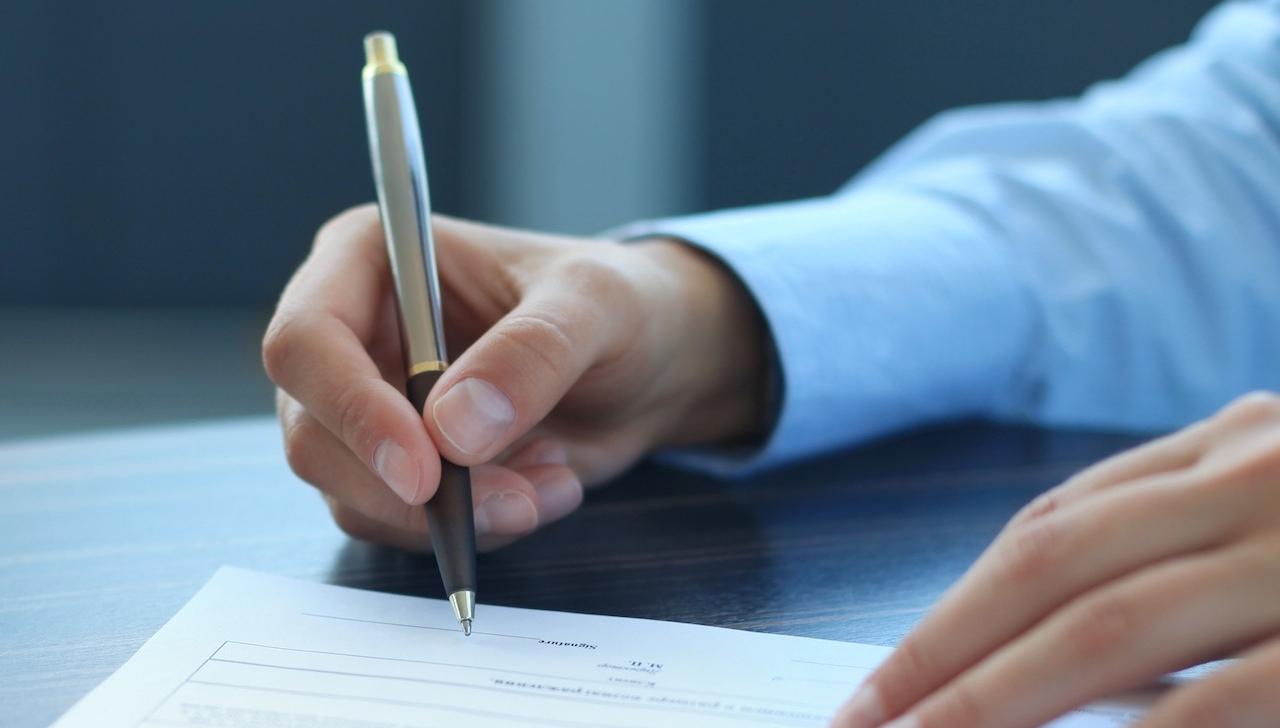 Кассовая книга заполняется кассиром или другим уполномоченным лицом, а проверяется бухгалтером