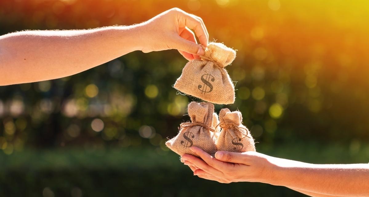 При нехватке денежных средств на приобретение каких-либо товаров или для получения определенных услуг можно рассмотреть кредиты Сбербанка