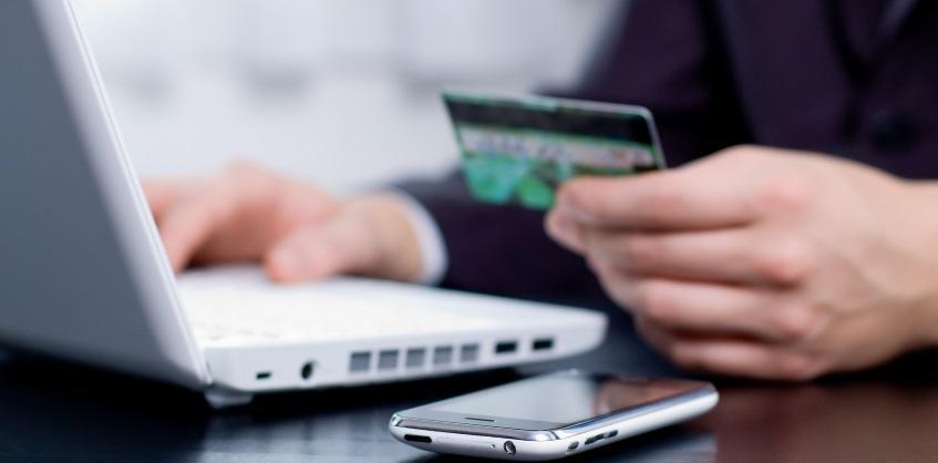 Сервис «Мобильный банк» от Сбербанка позволяет владельцам пластиковых карты совершать разные операции при помощи телефона