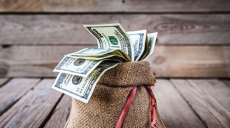 Вклад в долларах под высокий процент открывают люди, которые хотят хранить свои сбережения в стабильной валюте